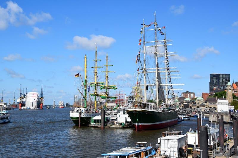 Varende Boten bij St pauli-Landungsbrucken, Hafengeburtstag - Verjaardagsviering royalty-vrije stock foto's