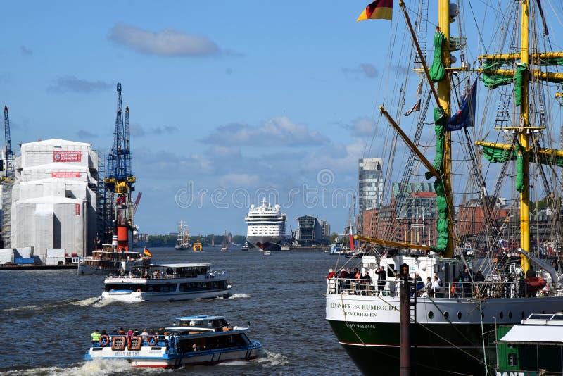 Varende Boten bij St pauli-Landungsbrucken, Hafengeburtstag - Verjaardagsviering royalty-vrije stock foto