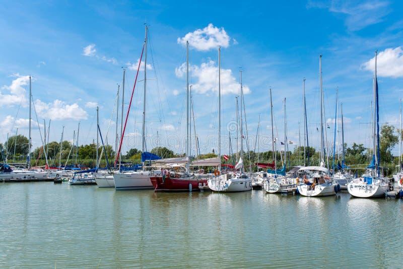 Varende boten die in de haven op een hete de zomerdag parkeren royalty-vrije stock fotografie