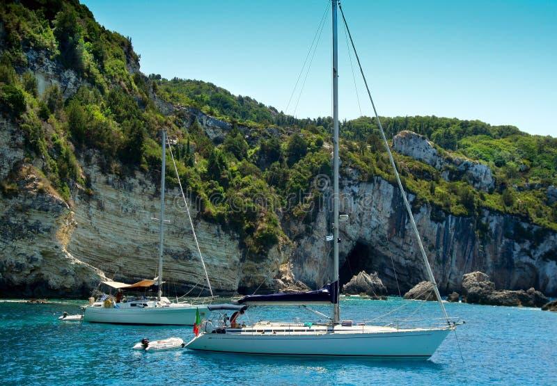 Varende boten die dichtbij klippen worden verankerd royalty-vrije stock foto's