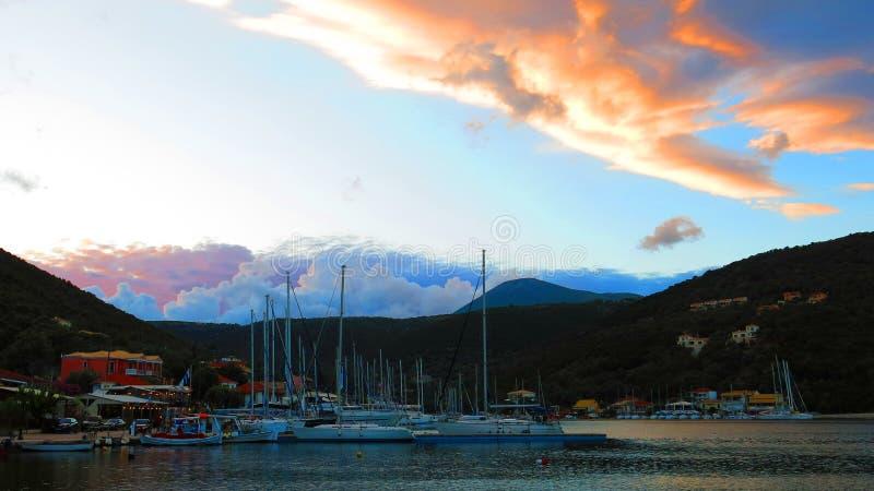 Varende boten in een Griekse jachthaven royalty-vrije stock afbeeldingen