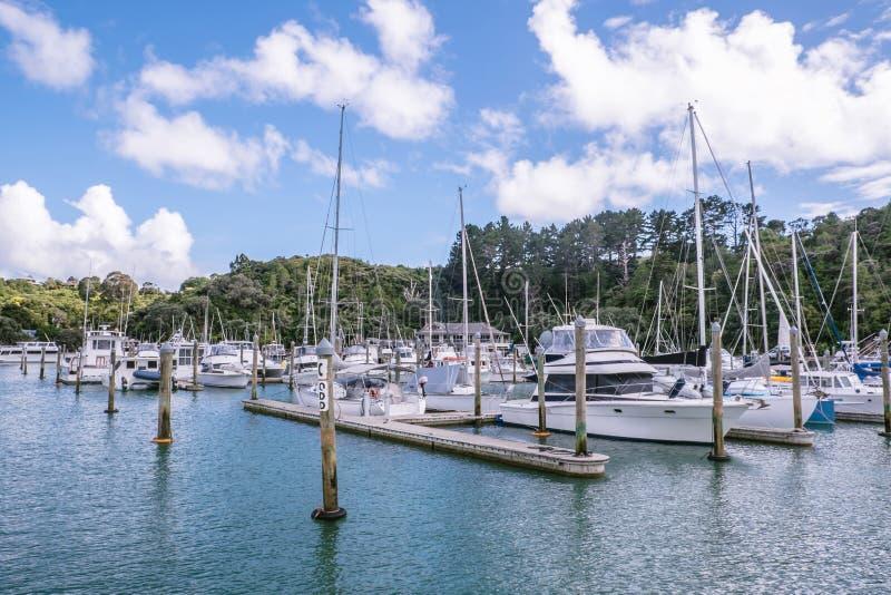 Varende boten en motorlanceringen bij Tutukaka-Jachthaven in Northland stock foto