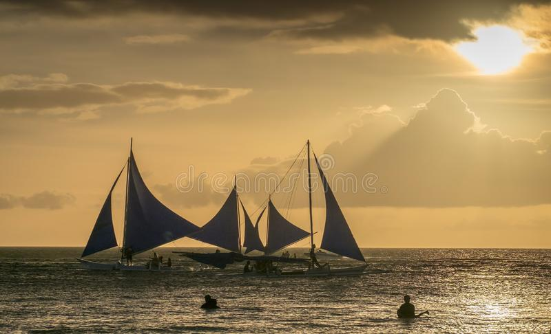 Varende boten op het overzees bij de zonsondergang bij Boracay-eiland royalty-vrije stock foto's