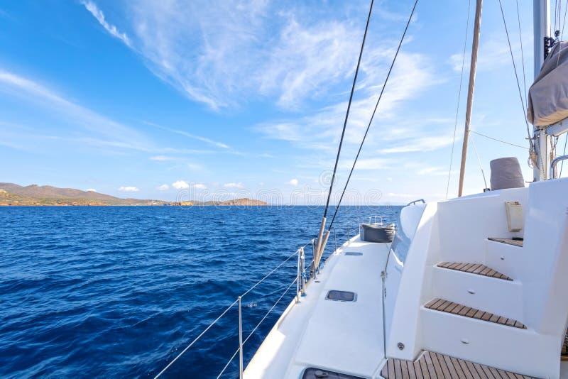 Varende catamaran royalty-vrije stock afbeeldingen
