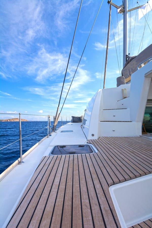 Varende catamaran stock foto's