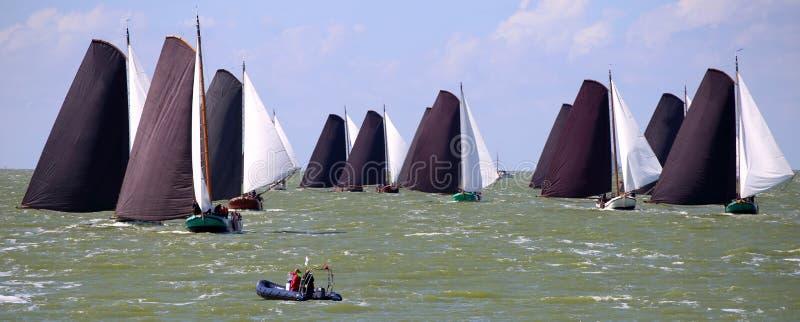 Varende schepen in de jaarlijkse concurrentie stock foto's