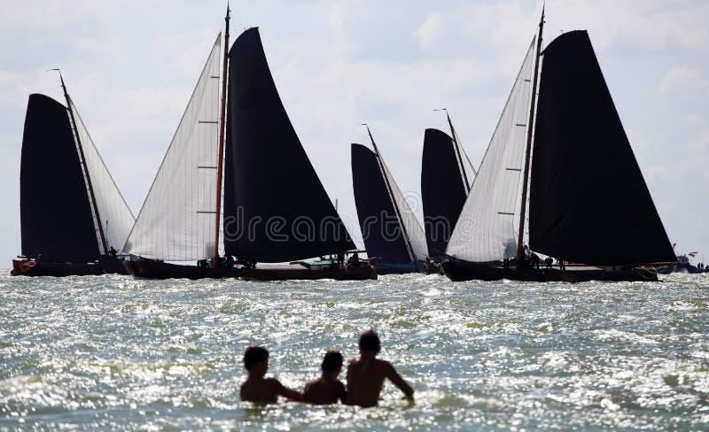 Varende schepen in de jaarlijkse concurrentie royalty-vrije stock afbeelding