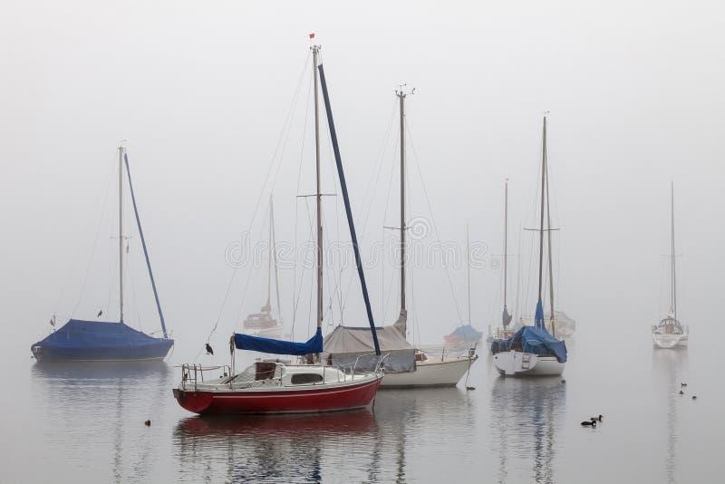 Varende schepen in Mist stock afbeeldingen