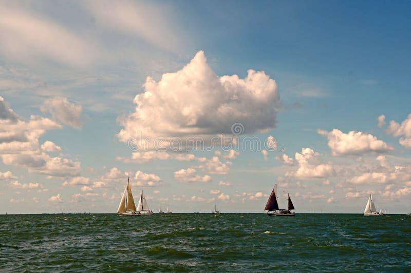 Varende schepen op de horizon op IJsselmeer stock afbeelding