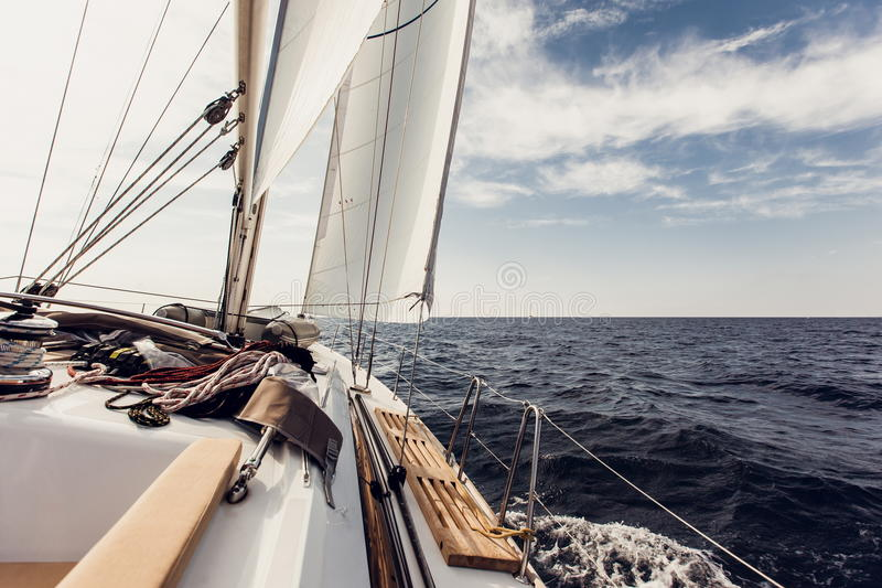 Varende schipjachten met witte zeilen royalty-vrije stock foto's