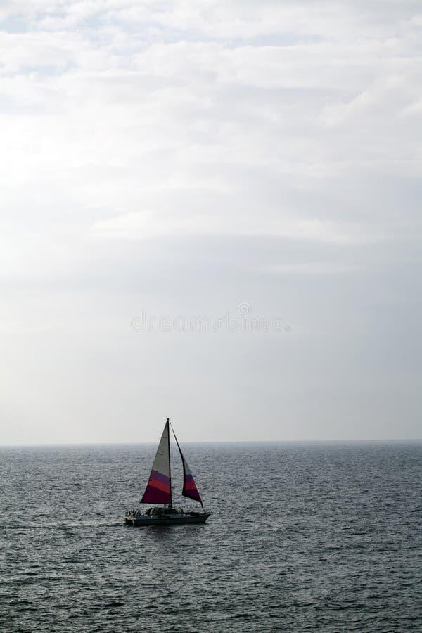 Varende trimaran op de oceaan witte wolken stock afbeeldingen
