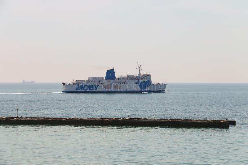 Varende veerboot Moby Love in Piombino-zeehaven, Italië royalty-vrije stock fotografie