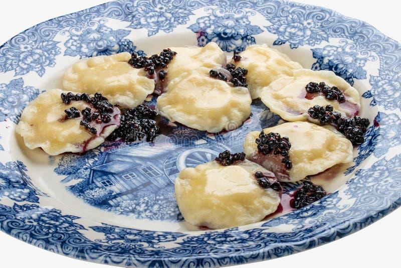 Vareniki avec du fromage et des baies de sureau de ricotta d'un plat d?coratif image libre de droits