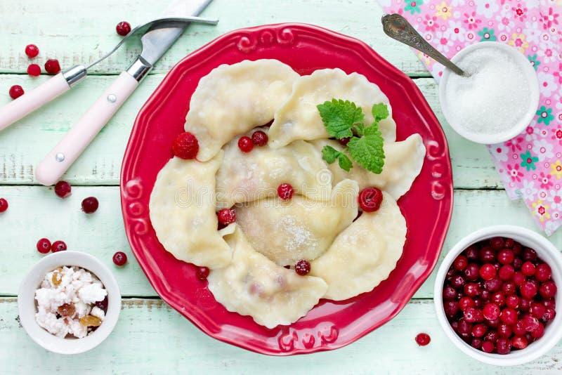 Vareniki ucraniano ruso tradicional hecho en casa de las bolas de masa hervida con c foto de archivo