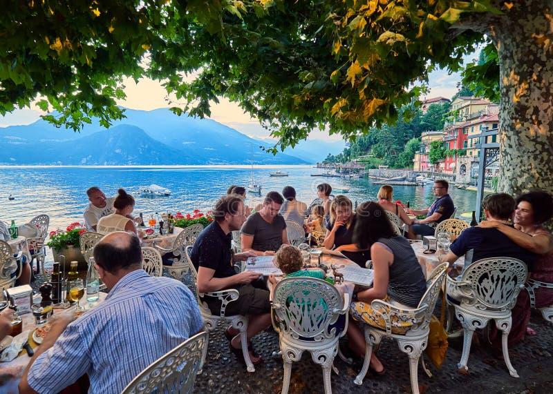 VARENNA, ITALIË - AUGUSTUS 6, 2017: Romantische zonsondergang in Varenna, een mooi dorp op de kusten van Como-Meer, Italië royalty-vrije stock foto's
