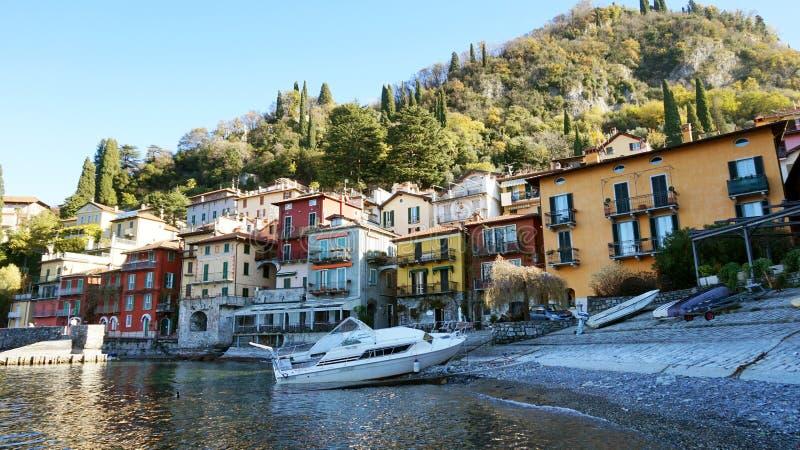 VARENNA, ITALIA - 15 DE NOVIEMBRE DE 2017: vista escénica de Varenna que poca ciudad con la lancha de carreras amarró en el lago  imagenes de archivo