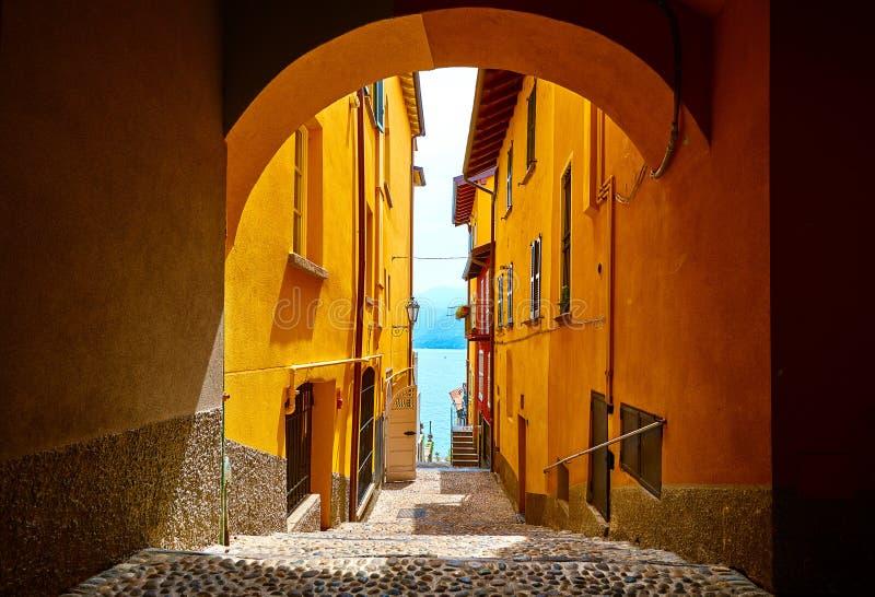 Varenna, Italie Rue étroite de cru de vieille ville photographie stock