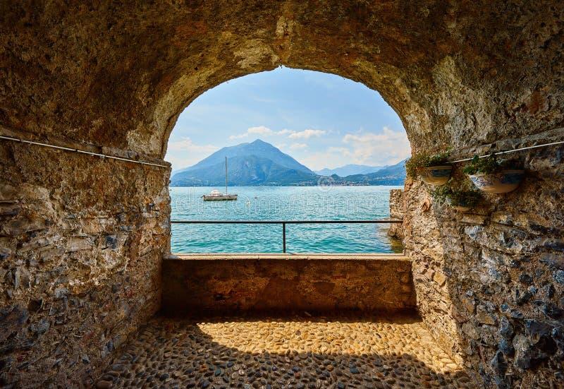 Varenna, Italy Vista no lago Como fotografia de stock royalty free