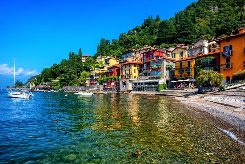 Varenna, una ciudad de vacaciones famosa en el lago Como, Italia foto de archivo