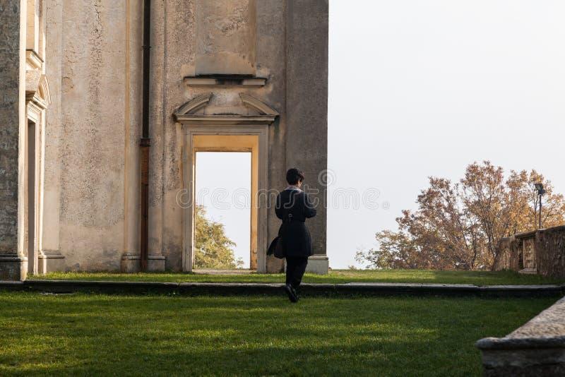 Varese OTTOBRE 2018 ITALIA - dettaglio della donna che attraversa l'ultima cappella nel quadrato dell'arrivo della montagna sacra immagini stock
