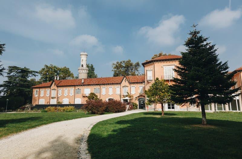 Varese OUTUBRO DE 2018 ITÁLIA - casa de campo velha (Mirabello) no parque histórico (estensi do giardini) fotografia de stock royalty free