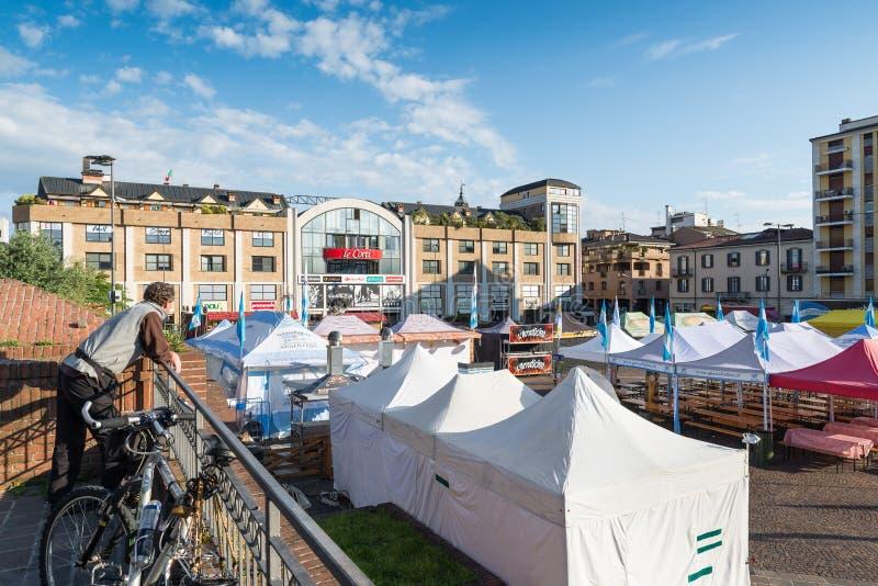 Varese, praça Repubblica, Itália, com as tendas do shopping e do alimento de Le Corti fotos de stock royalty free