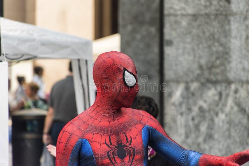 Varese Włochy: mężczyzna przebierający jako czlowiek-pająk zdjęcia stock
