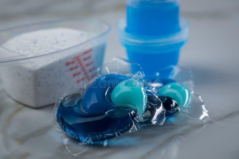 Variété bleue de sortes de détergent de blanchisserie dans la poudre, le gel liquide et la cosse dans la dose de lavage photo libre de droits