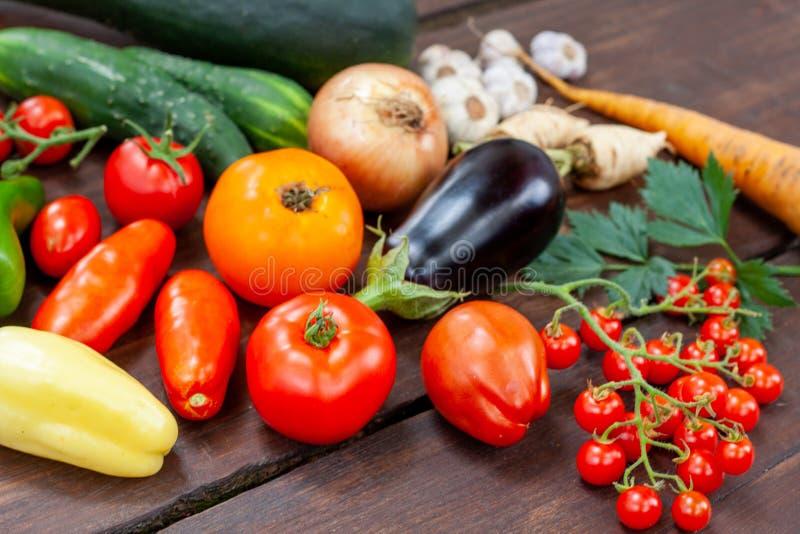 Variété colorée de légumes du pays frais photographie stock libre de droits