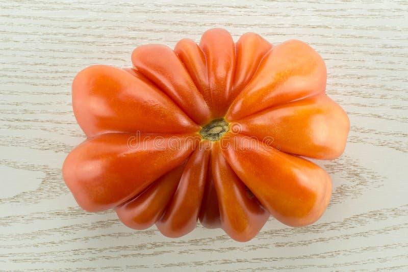 Variété crue fraîche de tomate de boeuf de tomate sur le bois gris photo stock