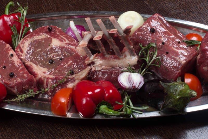 Variété de biftecks noirs crus machette, lame de viande d'Angus Prime sur l'os, New York photos stock