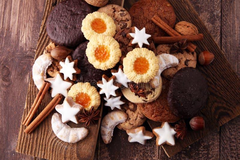 Variété de biscuits, de biscuits et d'écrous pour Noël photographie stock