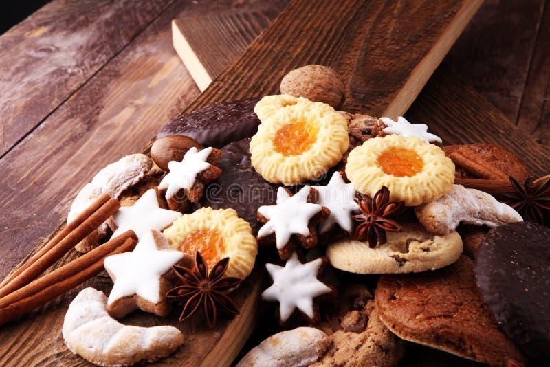 Variété de biscuits, de biscuits et d'écrous pour Noël photographie stock libre de droits