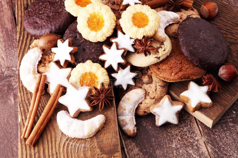 Variété de biscuits, de biscuits et d'écrous pour Noël photo stock