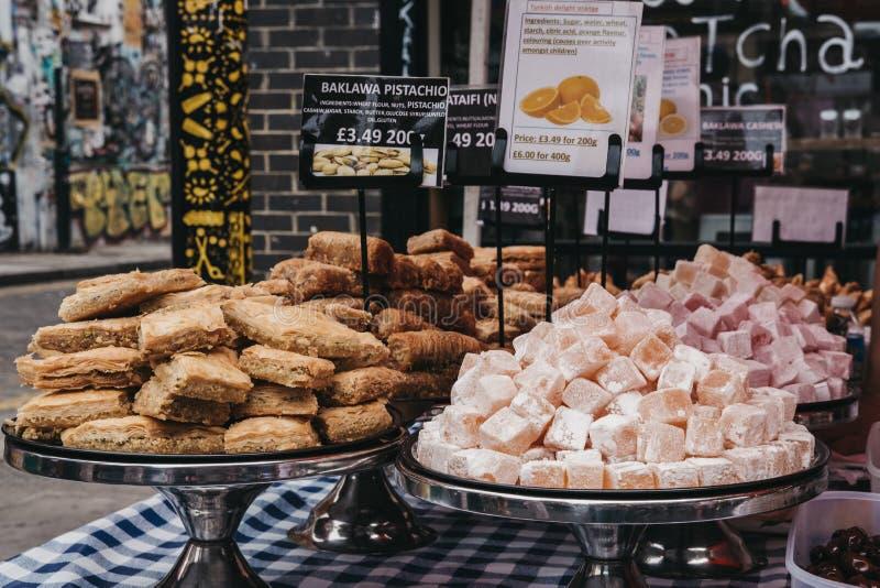 Variété de bonbons méditerranéens en vente au marché de ruelle de brique, Londres, R-U photo libre de droits