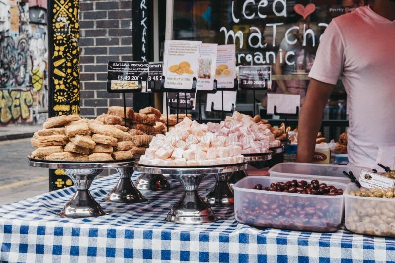 Variété de bonbons méditerranéens en vente au marché de ruelle de brique, Londres, R-U image stock