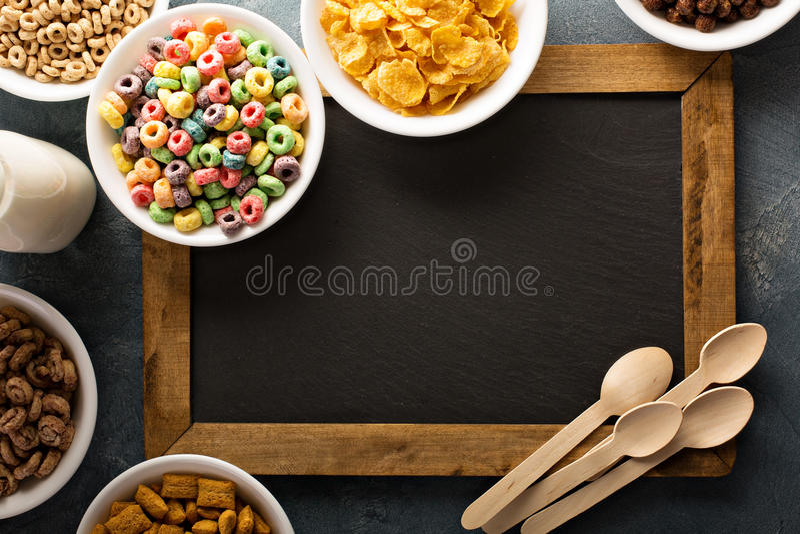 Variété de céréales froides dans des cuvettes blanches autour de tableau images libres de droits