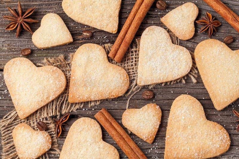 Variété de cadeau en forme de coeur fait maison de biscuits pour le jour de valentines photographie stock libre de droits