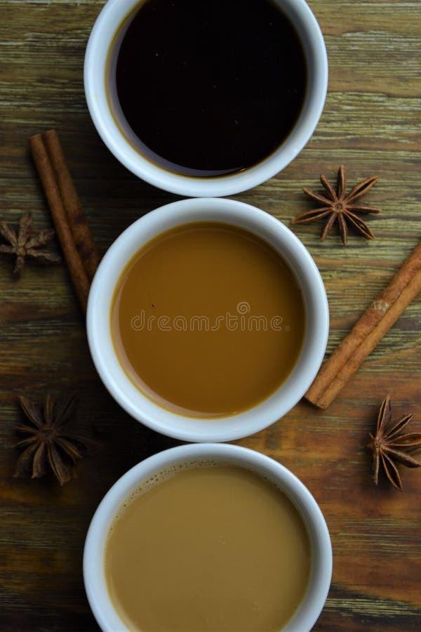 Variété de café sur le fond en bois images libres de droits