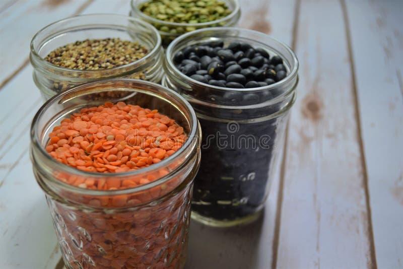 Variété de haricots et de grains sur le fond blanc image stock