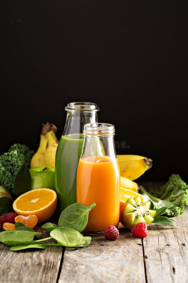 Variété de légume frais et de jus de fruit photo stock
