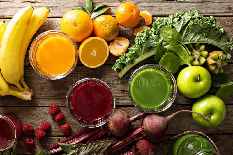 Variété de légume frais et de jus de fruit image libre de droits