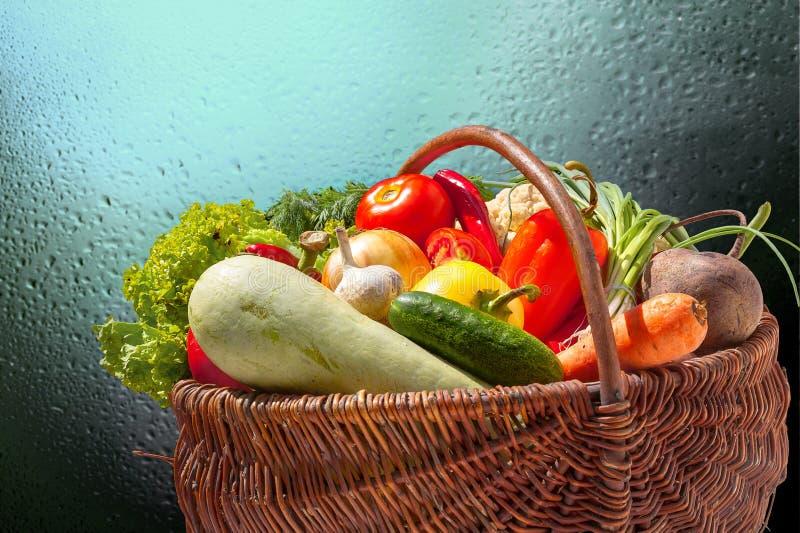 Variété de légumes colorés dans le panier en osier image libre de droits