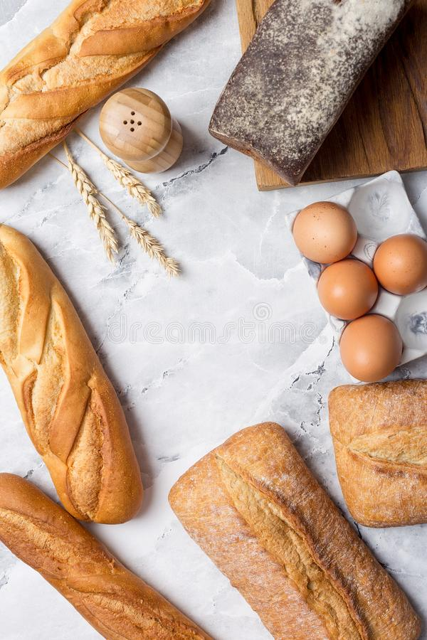Variété de pain sur le marbre blanc photo stock