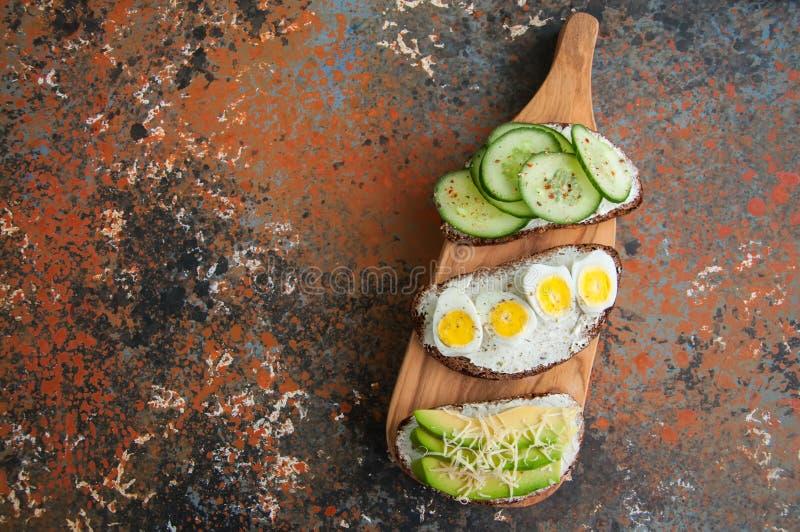 Variété de pains grillés de pain de seigle avec des légumes Le concombre sème le chee photo libre de droits
