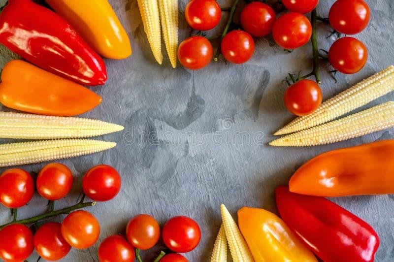 Variété de poivrons de maïs de tomates de légumes et d'épinards organiques frais sur un beau fond, vue supérieure, foyer sélectif images stock