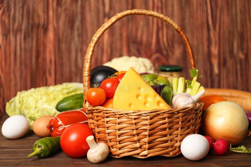 Variété de produits alimentaires dans le panier photos libres de droits