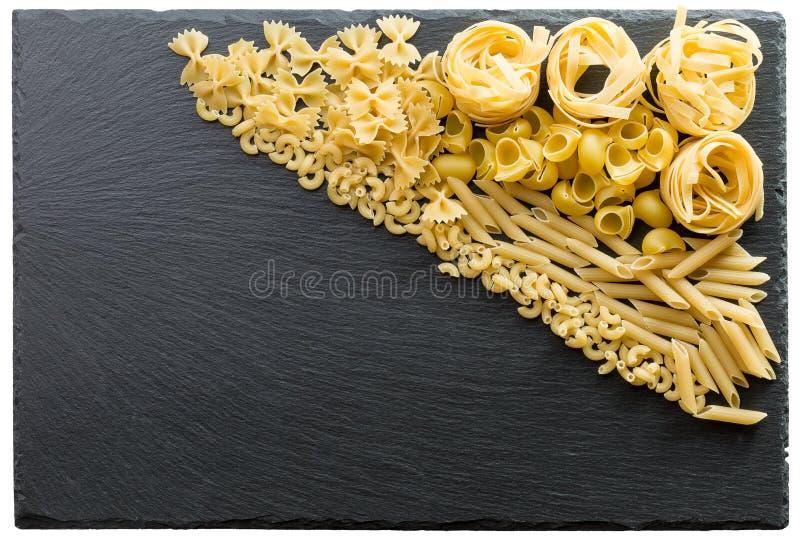 Variété de types et de formes de pâtes italiennes sur un CCB foncé de pierre photos libres de droits