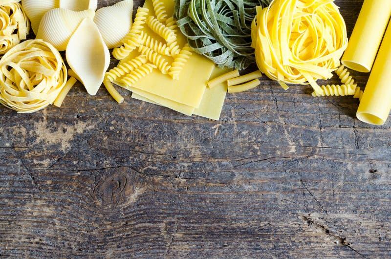 Variété de types et de formes de pâtes italiennes image libre de droits