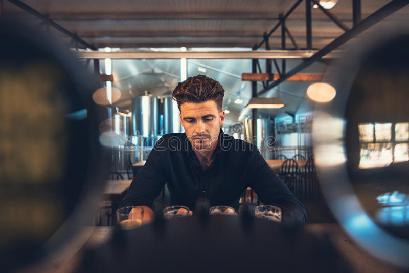 Variétés d'échantillon de brasseur de bières de métier à la brasserie photo libre de droits